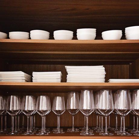 お皿を出し入れしやすい食器棚の作り方